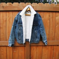 vintage acid wash sherpa lined Levi's jean jacket. size XL. fall fashion. back to school