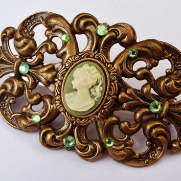 Large cameo hair clip in green-gold