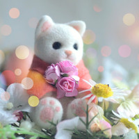 Handmade cat doll, needle felt wool cat figurine, white color kitty in poncho with rose bouquet pocket doll, kids gift, gift under 30