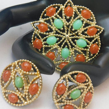 Sarah Coventry ACAPULCO 1969 Vintage Designer Beautiful Red Green Cab Flower Circle Goldtone Brooch Pin Clip Earrings Signed Set! 106