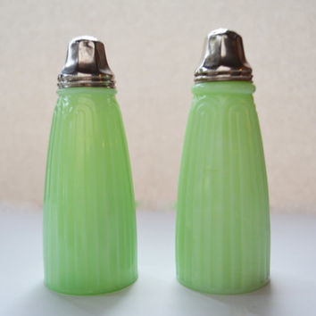 Jeannette Jadeite Tall Bell Shakers, Glass Table Salt and Pepper Set, Vintage Bell Shaped Jadite Serving, Mid Century Green Kitchen