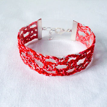 bracelet, handmade bobbin lace out of bead yarn, red, silver fastener, laurinke no 1018