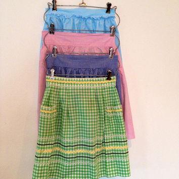 Half apron from the 1950s in great condition in pretty pink, green, light blue or dark blue gingham and solids