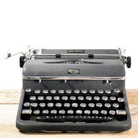 1941 Royal Quiet De Luxe Portable Typewriter With Case and Key