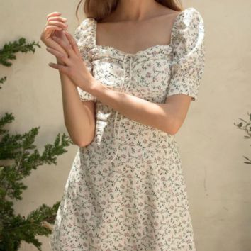 French blogger with the same paragraph of fresh white print square collar waist puff sleeve dress