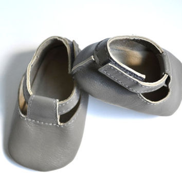 Handmade soft sole leather baby shoes / Baby boy sandals / Baby boy summer shoes / Grey baby boy sandals.