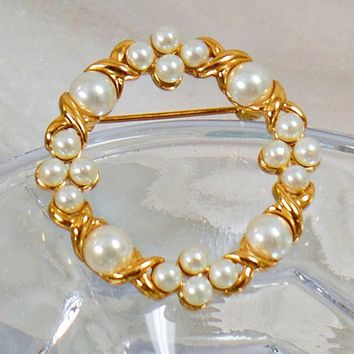 Pearl Brooch. Wreath Jewelry. Pearl Christmas Wreath. Gold Pearl Circle Pin. Xs and Os Brooch. Jewelry for Woman. Jewelry for Brides. waalaa