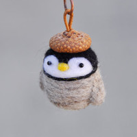 felted penguin keychain, animal keychain, needle felted penguin, penguin miniature, animal miniature, amigurumi keychain, amigurumi animal