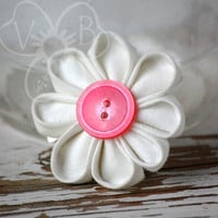 Dainty Daisy white kanzashi flower hair clip from VioletsBuds