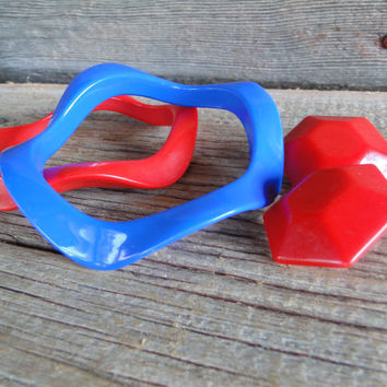 Retro jewelry, Vintage Lucite RED and BLUE wavy bangle bracelet and chunky earrings, retro funky bright red costume jewelry, 1980s outfit