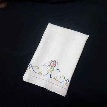 1960s Vintage Ivory Linen Hand Embroidered Guest or Tea Towel with 3D Effects, 20 x 14, Flower Embroidery, Vintage Linens, Vintage Towel