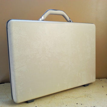 Mid Century Creamy White Samsonite Accord ST Briefcase Hard Sided Near Mint Condition