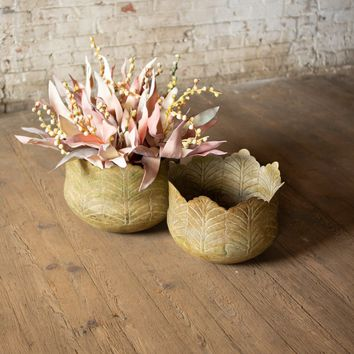 Set of 2 Round Planters With Leaf Design