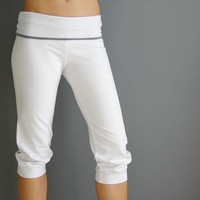White yoga capri with grey bended belt