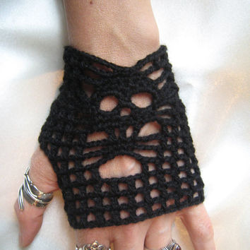 Skull Mittens Fingerless gloves crocheted crochet black wool lace gothic gotico steampunk victorian crochet cuffs