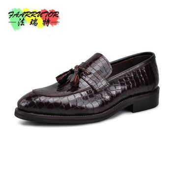 New Wedding Dress Men's Casual Crocodile Genuine Leather Brogue Moccasins Fulll Brogue Pointed Toe Fashion Tassel Oxford Shoes