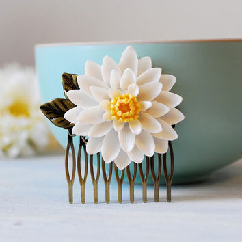 Large White Chrysanthemum Flower Bridal Hair Comb. Statement Wedding Hair headpiece, Antique Brass Leaf and White Flower Hair Comb