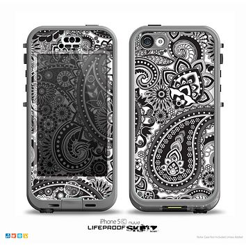 The Black and White Paisley Pattern V6 Skin for the iPhone 5c nüüd LifeProof Case