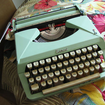 Rare vintage mint green portable Everest K3 typewriter with carrying case. serial number 1054884. manual typewriter