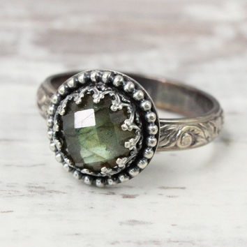 Labradorite Ring, Sterling silver, Checkerboard Cut Faceted 8 mm Gemstone, Floral Band, Gallery Crown Setting, Princess Ring, Vintage Style