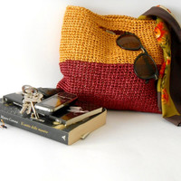 elegant crochet bag, 60s  style, in raffia, block colors burgundy red and ochra yellow