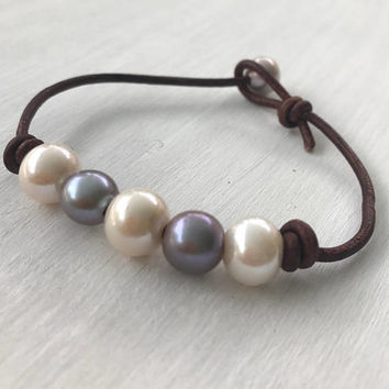 Leather pearl bracelet - pearl bracelet - freshwater pearl bracelet - bridesmaid gift - natural jewelry - leather and pearl bracelet - pearl