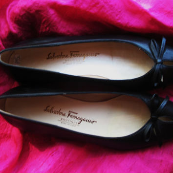 Amazing Vintage SALVATORE FERRAGAMO Boutique Shoes Very Narrow Black Leather Comfort With Low Heels Loafers Size 8.5/39 4 AA Made in Italy