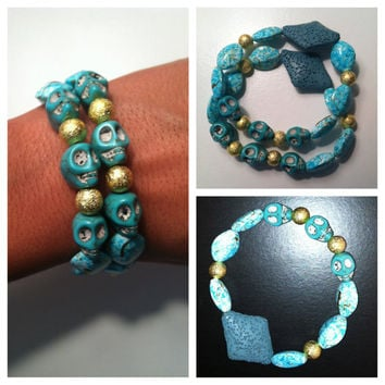 Stretchy beaded bracelet with blue skulls