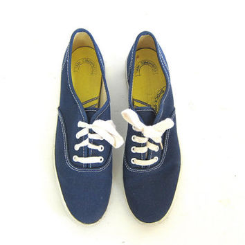Vintage navy blue canvas KEDS. Preppy tennis shoes. 80s Lace up Keds.