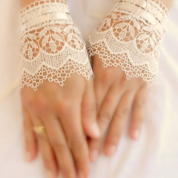 Wedding Gloves, lace cuff, bridal cuff, ivory cuff, Lace Cuffs, Lace Wedding Accessory, Bridal accessory, Fingerless Gloves,