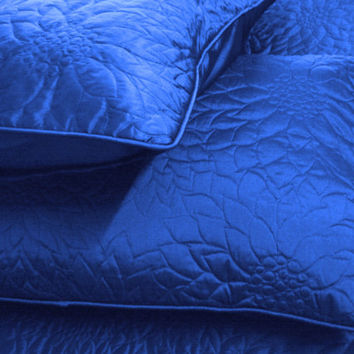 "Ocean blue twin size quilted bedspread with 2 pillows in size 108""x90"" and 20""X26"""