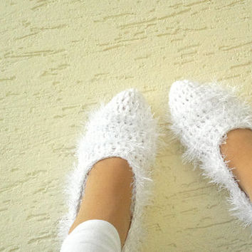 Bridal slippers in white, crochet slippers, home shoes for ladies, wedding slippers, mary jane slippers, gift for bride, Valentines day gift