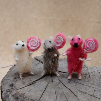 Adorable mouse with lollipop!