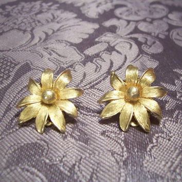 Gold Tone 1950 Flower Earrings. Clip on.