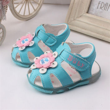 2016 New Summer Baby Girl Floral Summer Led Light Crib Soft Sole Non-slip Princess Shoes First Walkers