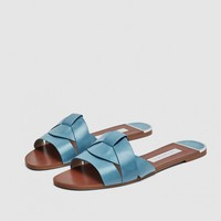 LEATHER CROSSOVER SANDALS DETAILS