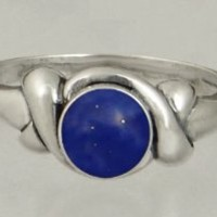An Elegant Sterling Silver Ring Featuring a Lovely Lapis Lazuli Gemstone