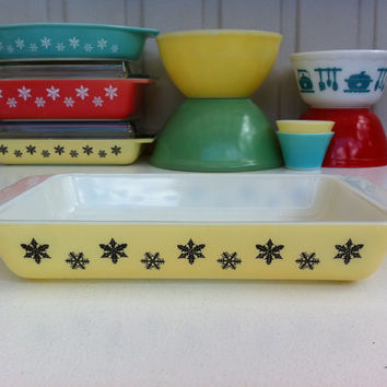 Pyrex yellow snowflake space saver casserole! JAJ English Pyrex shallow, oblong baker! Rare English pyrex yellow snowflake oven dish.