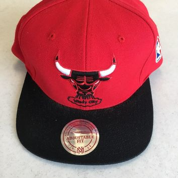 MITCHELL & NESS CHICAGO BULLS RED RETRO LOGO FLAT BRIM SNAPBACK HAT