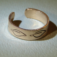Toe ring handmade in bronze with leaf design