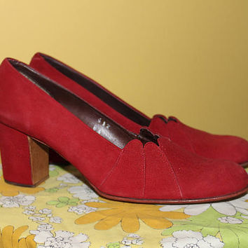 Vintage 70s SCARLET RED HEELS / Suede Leather Pumps / Round Toe, Block Heel / Scalloped Cutout / Size 8 us, 6.5 aus, 5.5 uk, 38.5 eu