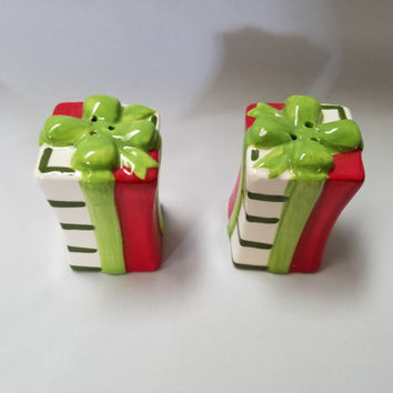 Christmas Present  Porcelain Salt and Pepper Shakers  (895)