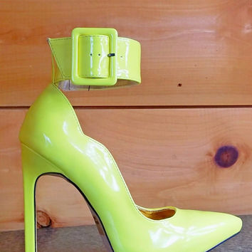 "Felipa 5"" Heel Wide Ankle Cuff Scallop Cut Pump Shoe Yellow"