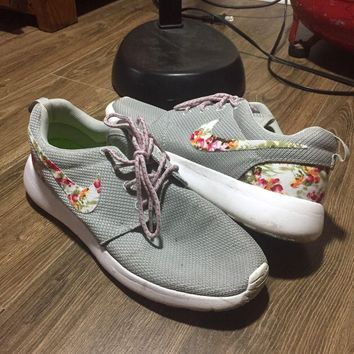 Nike Roshe Run Custom Floral Print Size 8.5 Men's Athletic Sneaker