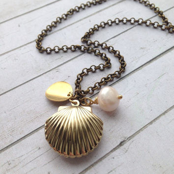 Seashell Pearl Necklace. Sea Shell Locket with Pearl Medaillon Halskette. Little Mermaid Locket with Initials