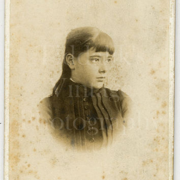 CDV Photo Victorian Young Pretty Girl, Long Hair & Fringe Vignette Portrait - Carte de Visite Antique Photo