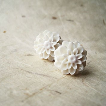 White Flower Earrings. Simple Bridal Jewelry. Resin Flower Stud Earrings, Mum Post Earrings. FSE1.