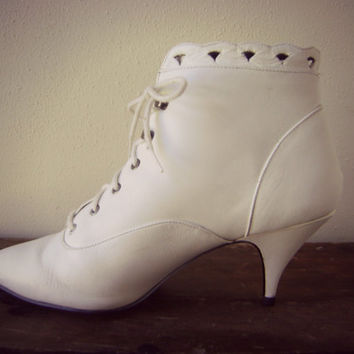 80s cutout white boot vintage victorian style high heel ankle boot retro 1980s size 8 1/2 hipster boho scalloped top lace up granny booties