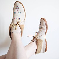 Vintage 1950s ankle high leather mocassins slippers in white and natural beige with beads embroideries made by native Americans Taos