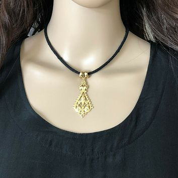 Gold Pendant Collar Necklace